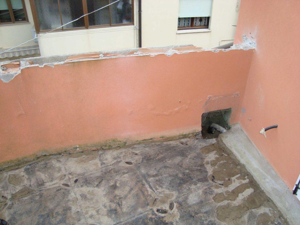 particolare di demolizione di un terrazzo