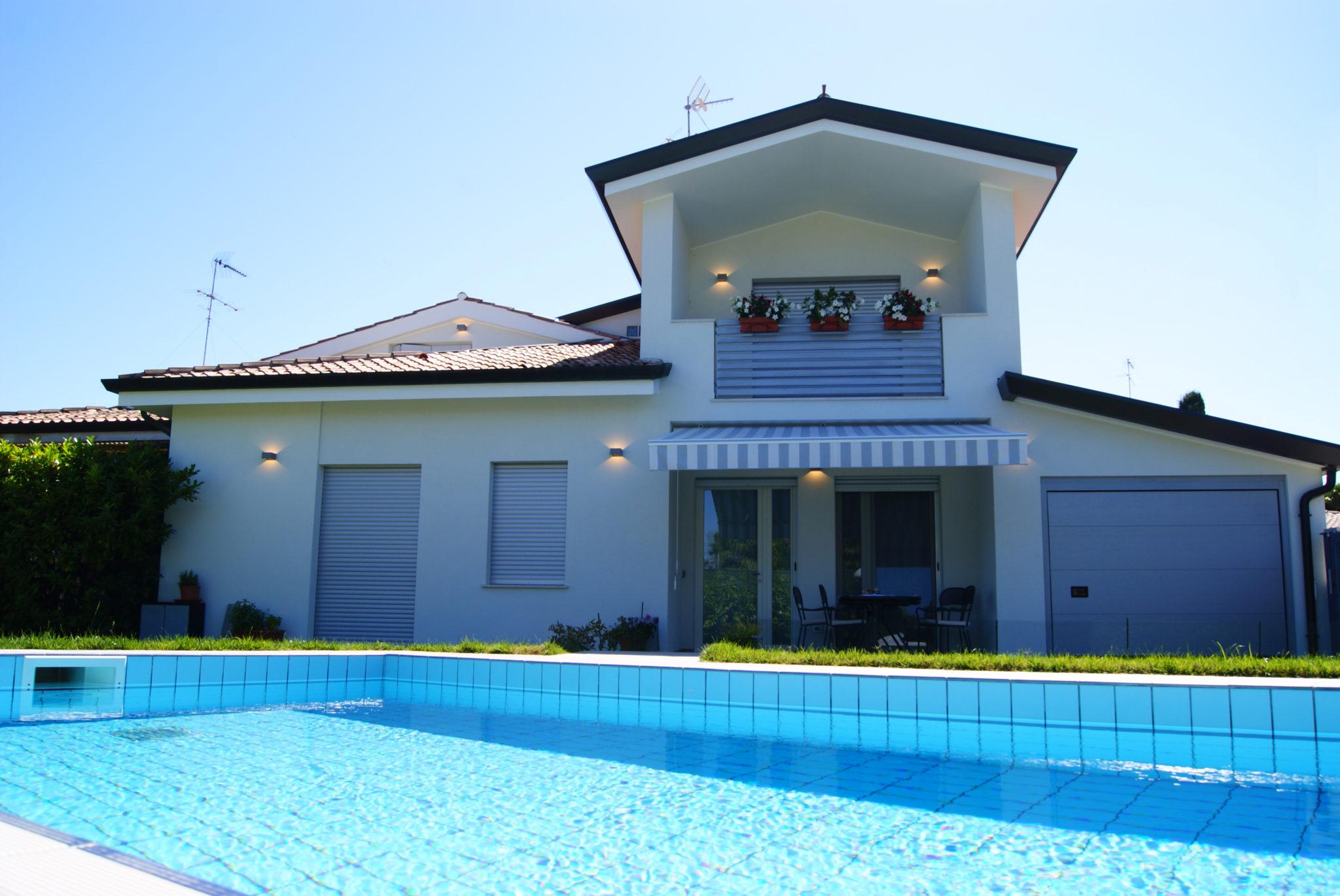 vista frontale di villetta con piscina
