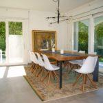 Sala da pranzo con grande tavolo e ampie vetrate
