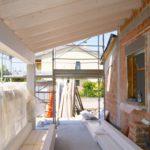 Vista della copertura in legno del porticato