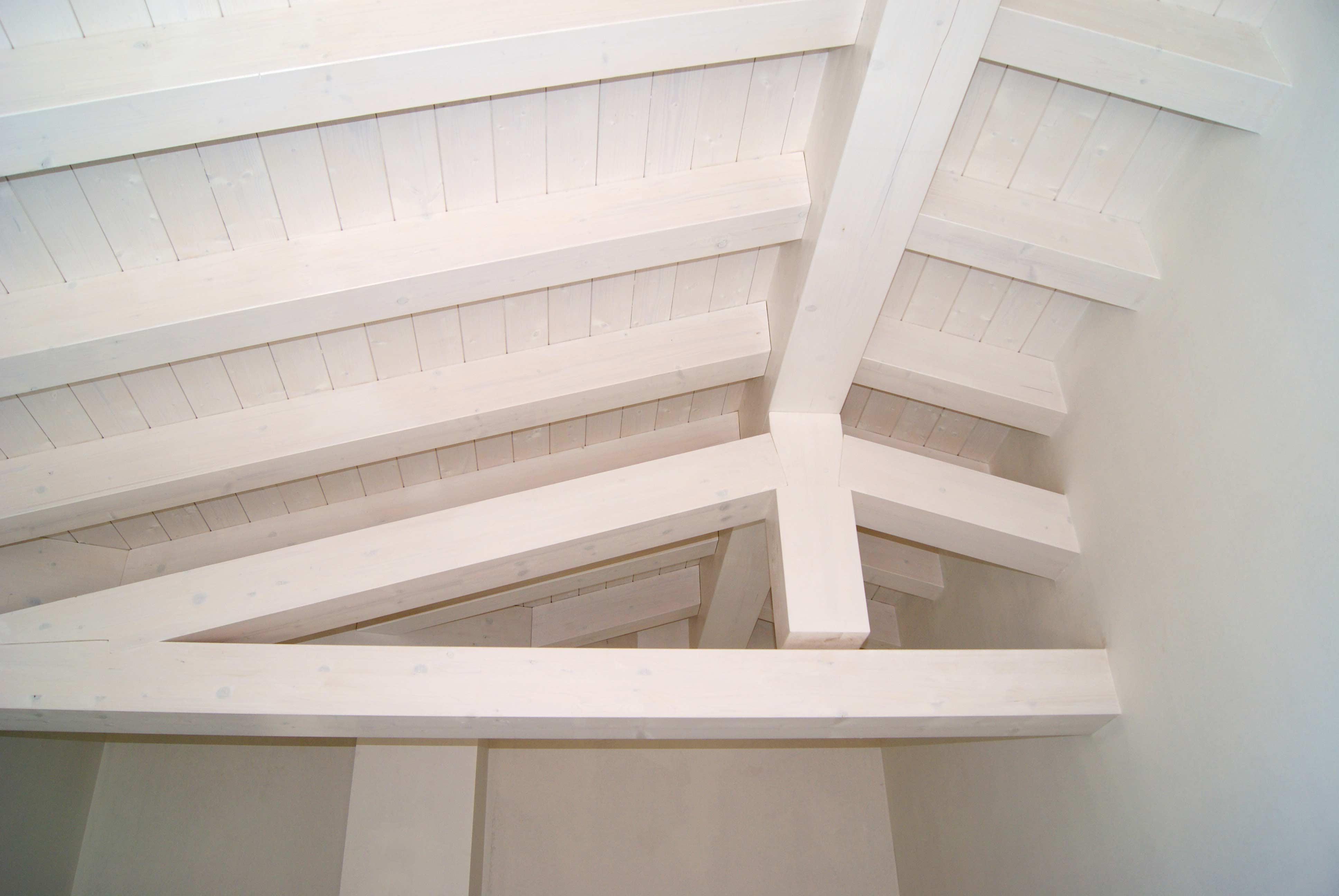 tetto in legno bianco