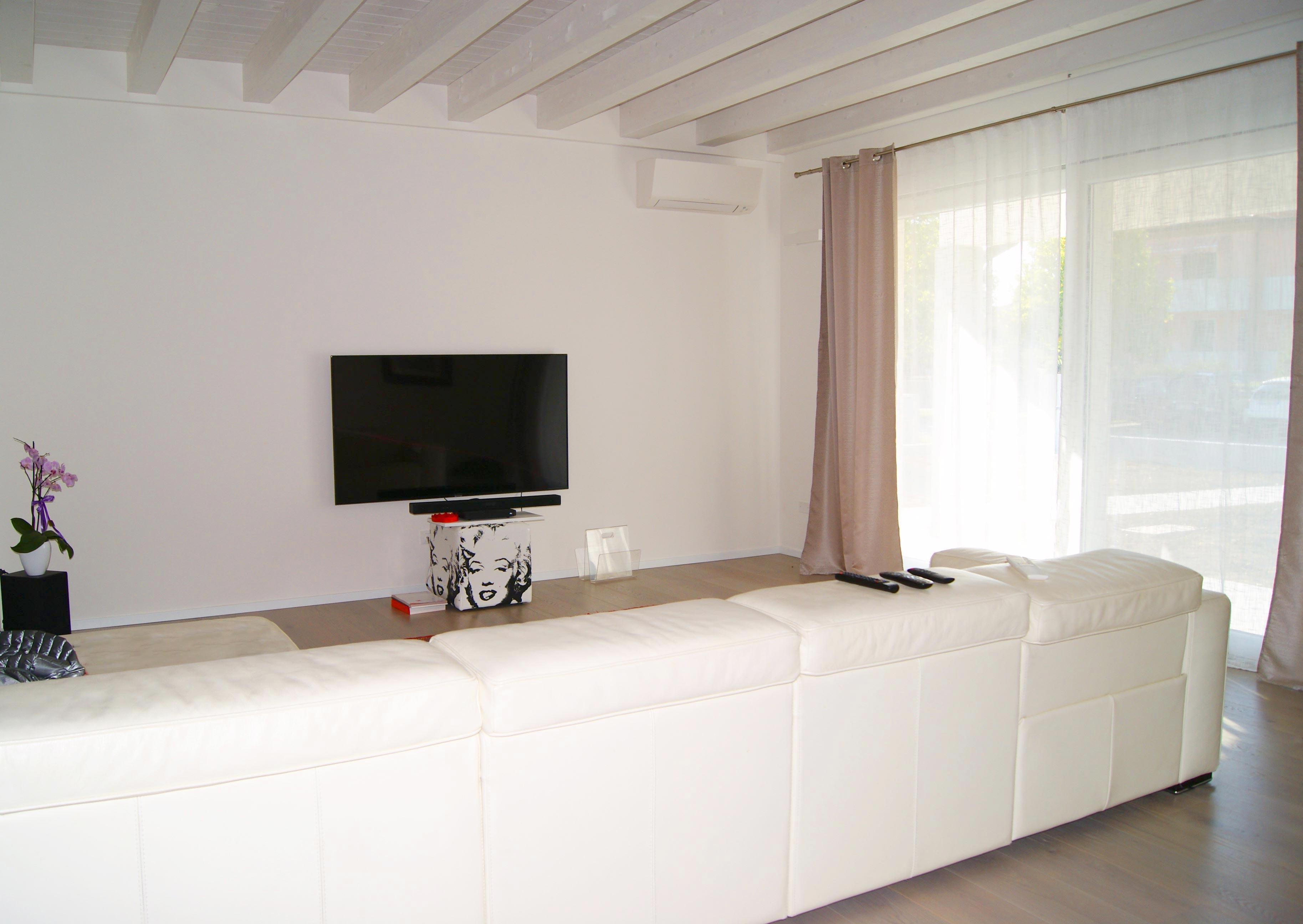 interno di casa moderna con ampia vetrata