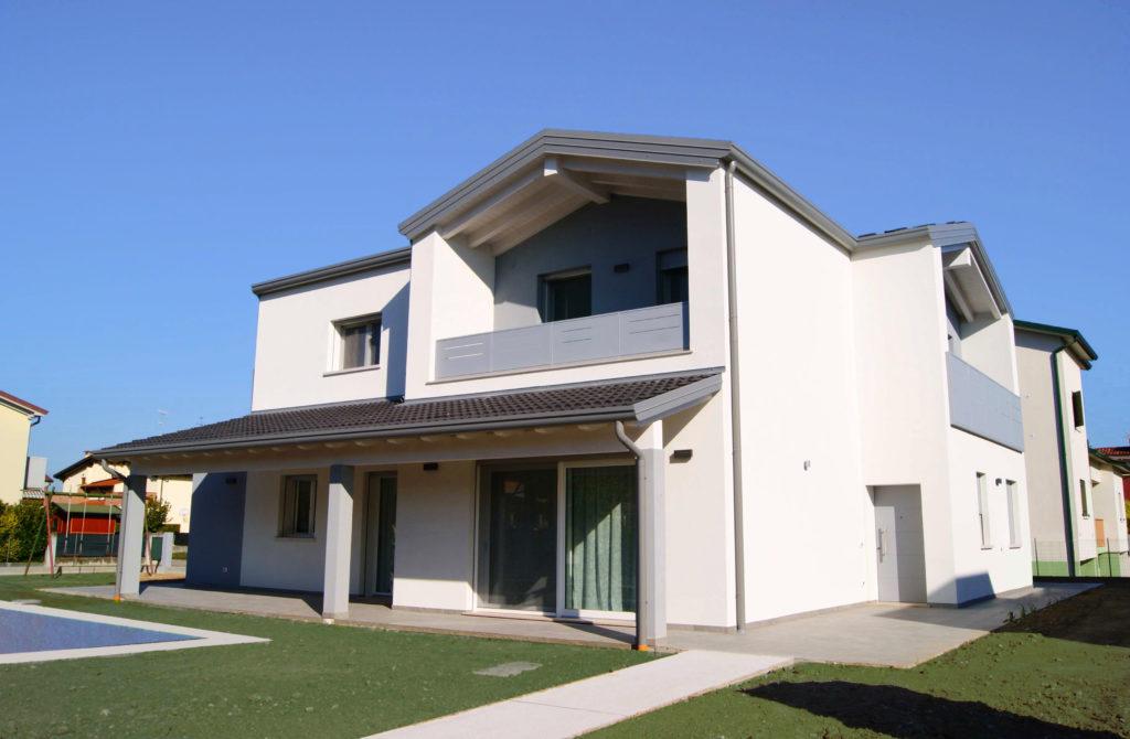 Vista frontale villa signorile in stile moderno