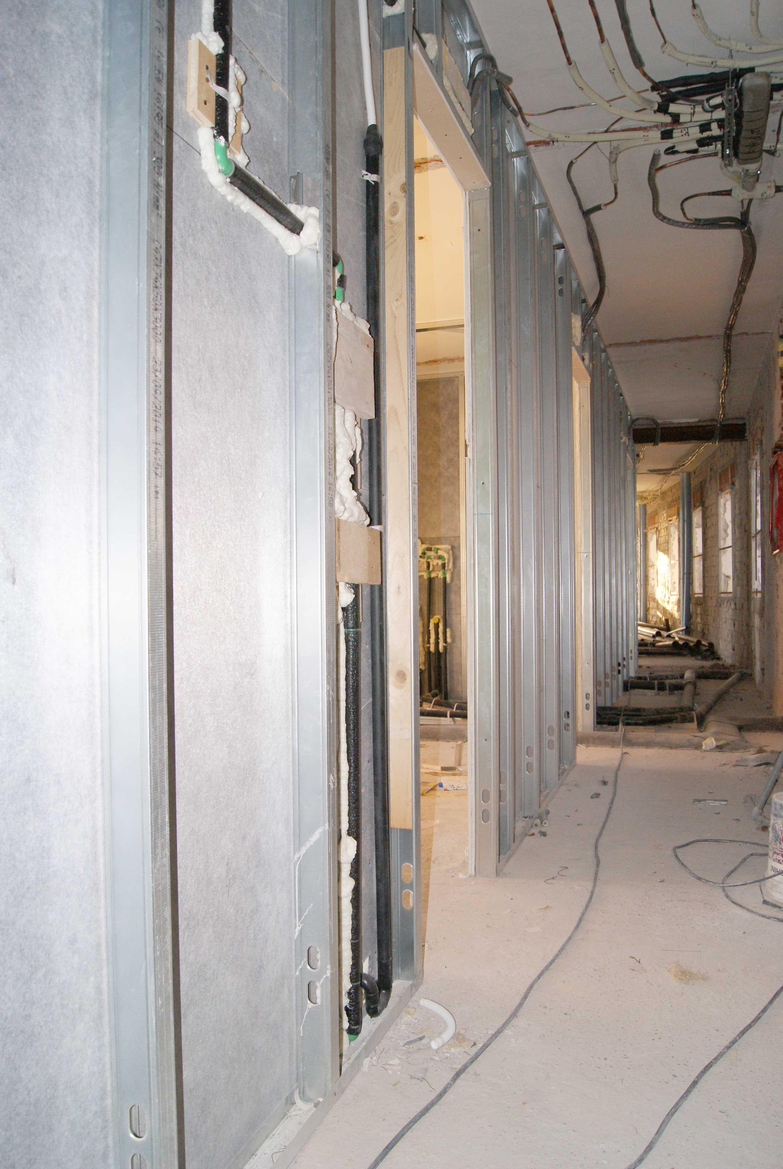 particolare dei pannelli in acciaio lungo i muri portanti