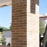 Il pilastro a sezione quadrata del porticato posteriore